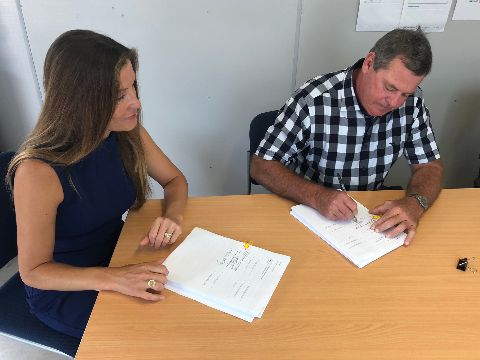 Ms Kate Wood-Foye and Mr Philip Lahey signing the contract